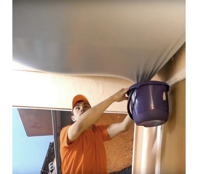 Слив воды с натяжного потолка (демонтаж полотна, просушка от влаги) Истра